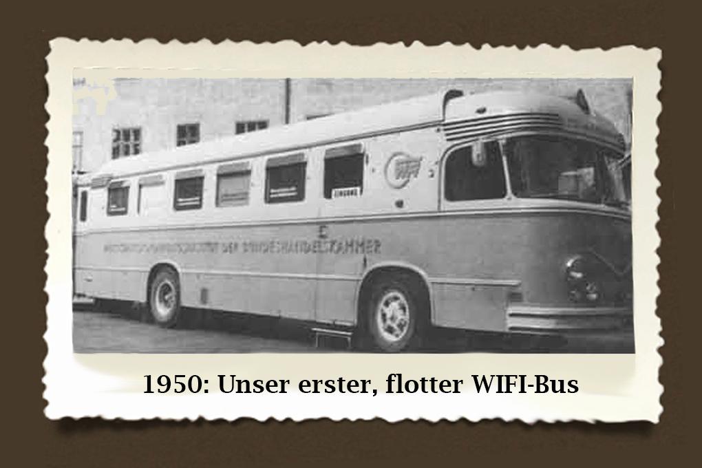"""WIFI auf Tour! Mitte der 50er Jahre hatte die österreichische Wirtschaft die größten Kriegsauswirkungen überwunden. Für viele Betriebe wandelte sich der fast Jahrzehnte hindurch vorhandene Verkäufermarkt zum Käufermarkt. Es galt, mehr, besser und kostengünstiger zu erzeugen. Zur Unterstützung der Betriebe tourte der """"WIFI-Rationalisierungsbus"""" durch Österreich."""