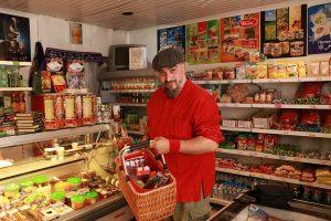 Georgij Makazaria (Russkaja) beim Shoppen